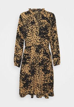 VMAYA V NECK DRESS - Skjortekjole - tan/petrina big