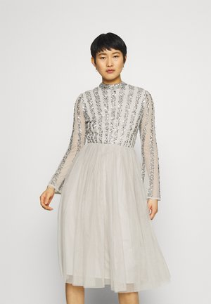 CUT OUT BACK EMBELLISHED MIDI DRESS - Sukienka koktajlowa - soft grey