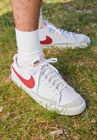 Nike Sportswear - BLAZER '77 UNISEX - Zapatillas - white/team red/black/team orange - 2