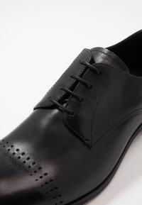 Emporio Armani - Elegantní šněrovací boty - black - 5