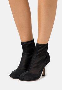 MM6 Maison Margiela - Kotníková obuv na vysokém podpatku - black - 0