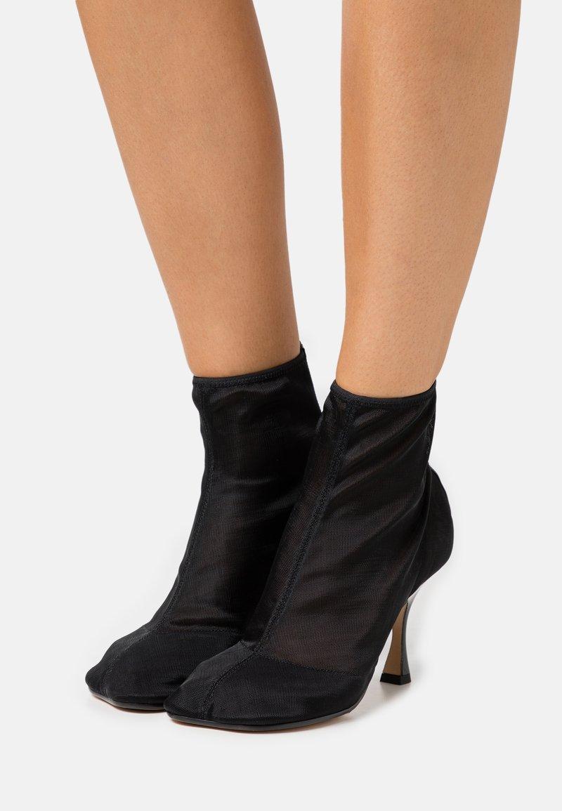 MM6 Maison Margiela - Kotníková obuv na vysokém podpatku - black