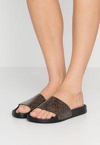 MICHAEL Michael Kors - GILMORE SLIDE - Pantofle - brown - 0