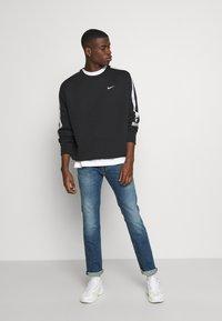 Tommy Jeans - SCANTON SLIM - Slim fit -farkut - dynamic chester mid blue - 1