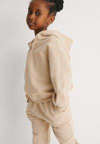 NA-KD - BASIC - Zip-up sweatshirt - dark beige - 2