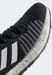 adidas Performance - PULSEBOOST HD - Obuwie do biegania treningowe - black - 7