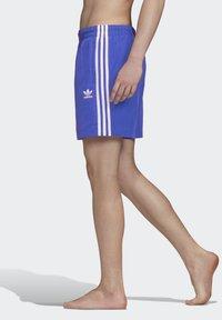 adidas Originals - 3-STRIPES SWIM SHORTS - Szorty kąpielowe - blue - 2