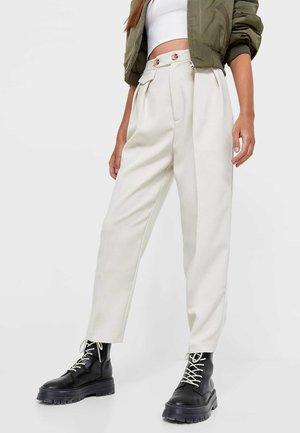 ELEGANTE KAROTTENHOSE - Pantaloni - mottled beige