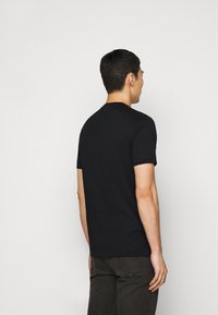 Emporio Armani - T-shirt med print - black - 2