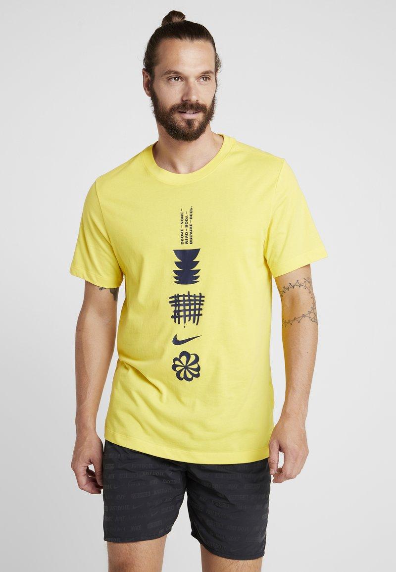 Nike Performance - DRY RUN SEASONAL  - Print T-shirt - chrome yellow/obsidian