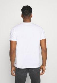 Levi's® - BOXTAB GRAPHIC TEE - T-shirt med print - white - 2