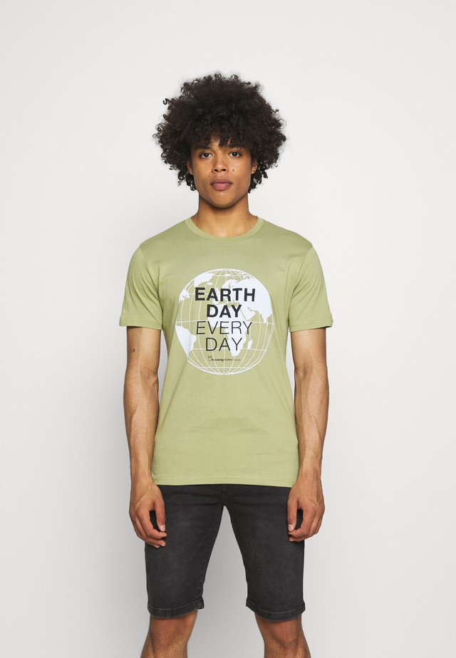 ALDER EARTH DAY EVERY DAY GLOBE TEE  - T-shirt con stampa - sage