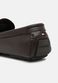 Tommy Hilfiger - ICONIC DRIVER - Mocassins - cocoa - 4