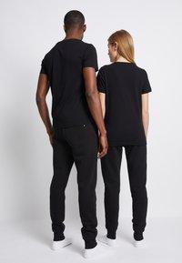 Tommy Hilfiger - LOGO TEE UNISEX - T-shirt con stampa - black - 3