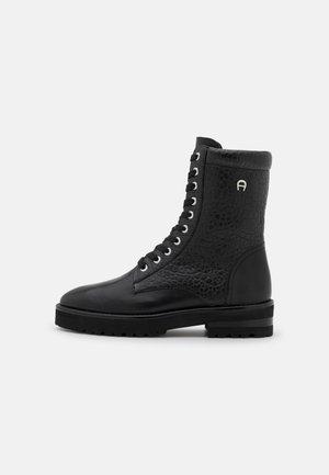 AVA  - Kotníkové boty na platformě - black