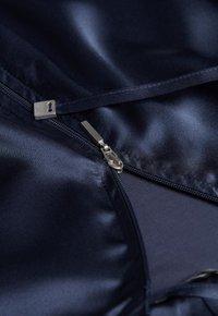 Intimissimi - KAPUZENJACKE AUS SEIDE UND LYOCELL - Pyjama top - blau - 383i - elegant blue - 4