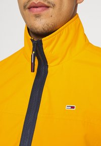 Tommy Jeans - ESSENTIAL CASUAL  - Tunn jacka - orange - 5