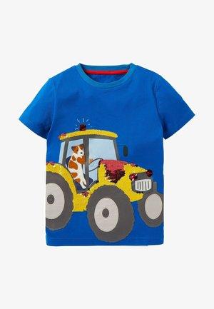 MIT PAILLETTEN - Print T-shirt - blitzblau, traktor