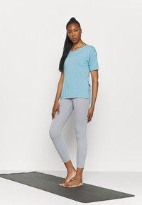 Nike Performance - LAYER - T-shirt basique - cerulean heather/glacier blue/light armory blue - 1