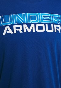 Under Armour - BLURRY LOGO WORDMARK  - T-shirt imprimé - graphite blue/electric blue - 7