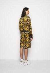 Versace Jeans Couture - TECNO PRINT LOGO BAROQU - Shorts - black - 2
