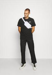 Nike Sportswear - NEW MODERN TEE - T-shirts basic - black - 1