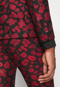 Twisted Tailor - FOSSA SUIT SET - Puku - black red - 12