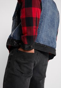 Levi's® Extra - TYPE HYBRID TRUCKER - Denim jacket - blue denim/red - 3
