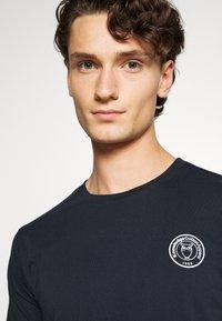 KnowledgeCotton Apparel - ALDER OWL BADGE TEE - T-shirt med print - dark blue - 3