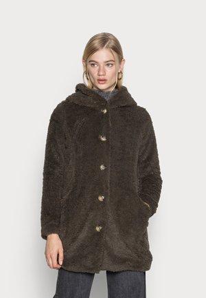 VMCOZYJOYCE TEDDY COAT BOOS - Winter coat - peat