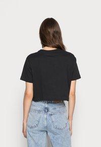 Nike Sportswear - TEE - T-shirts med print - black/white - 2