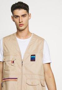 adidas Originals - GILET SPORTS INSPIRED REGULAR VEST - Waistcoat - trace khaki - 4
