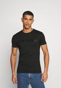 Calvin Klein Jeans - SHINY TONAL INSTITUTIONAL TEE UNISEX - T-shirt con stampa - black - 0