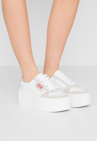 Versace Jeans Couture - Tenisky - bianco ottico - 0