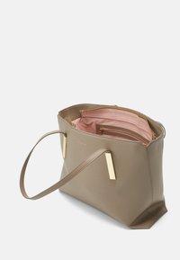 Maison Hēroïne - FRANCA - Shopping bag - taupe - 2