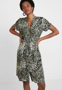 Dorothy Perkins - CRISSY CAMO SHORT SLEEVE DRESS - Skjortekjole - khaki - 0