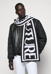 Versace Jeans Couture - UNISEX - Šála - black/white - 0