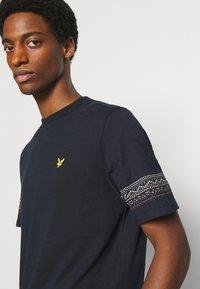 Lyle & Scott - FAIRISLE - T-shirt med print - dark navy - 3