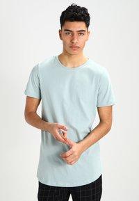 Jack & Jones - JJPRHUGO TEE CREW NECK  - Basic T-shirt - grey mist - 0