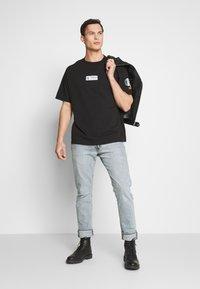 Timberland - STATEMENT PRINT TEE - Print T-shirt - black - 1