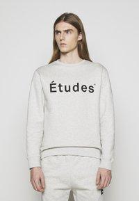 Études - STORY ETUDES UNISEX - Felpa aperta - heather grey - 0