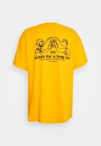 Vintage Supply - CHEERS TO KEBAB - Print T-shirt - yellow - 6