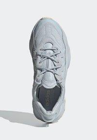 adidas Originals - OZWEEGO - Trainers - blue - 3