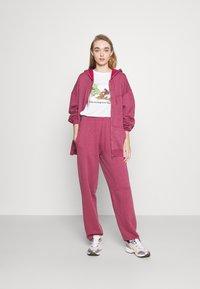 BDG Urban Outfitters - ZIP THROUGH HOODIE - Sweat à capuche zippé - raspberry - 1