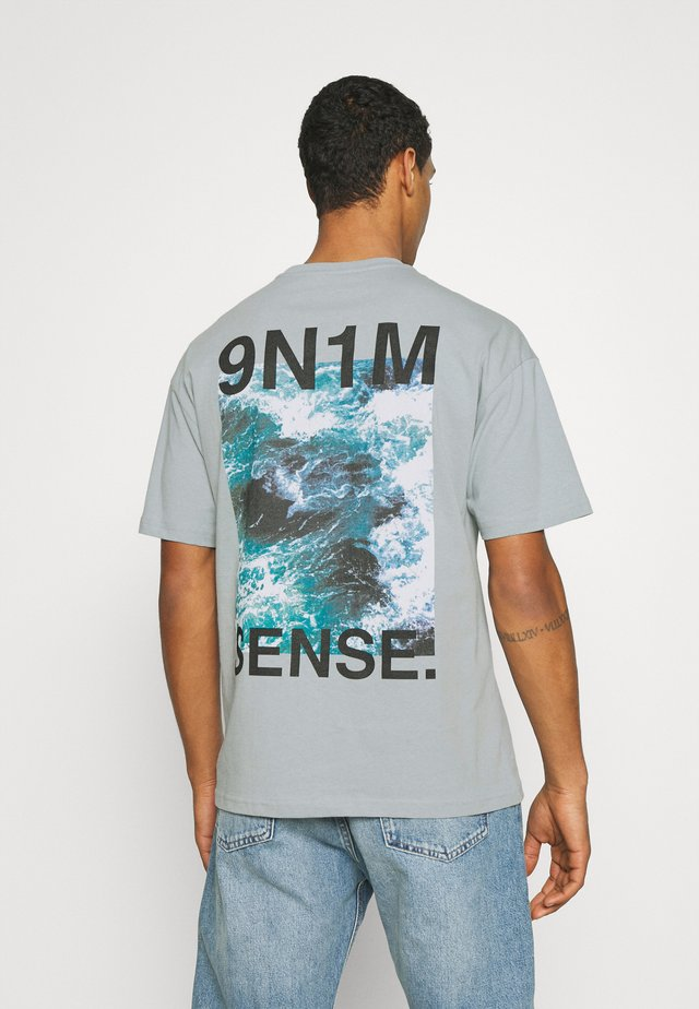 WAVES UNISEX - T-shirt con stampa - quarry