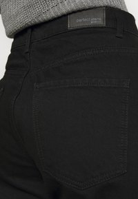 Gina Tricot Petite - DAGNY MOM - Slim fit jeans - black - 4