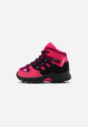 TERREX RELAXED SPORTY GORETEX MID SHOES - Trekingové boty - power berry/core black/power pink