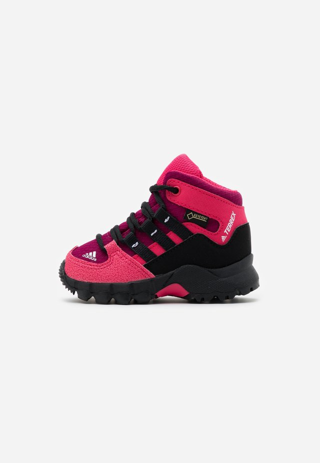 TERREX RELAXED SPORTY GORETEX MID SHOES - Zapatillas de senderismo - power berry/core black/power pink