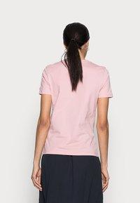 Tommy Hilfiger - REGULAR HILFIGER TEE - Print T-shirt - pink - 2