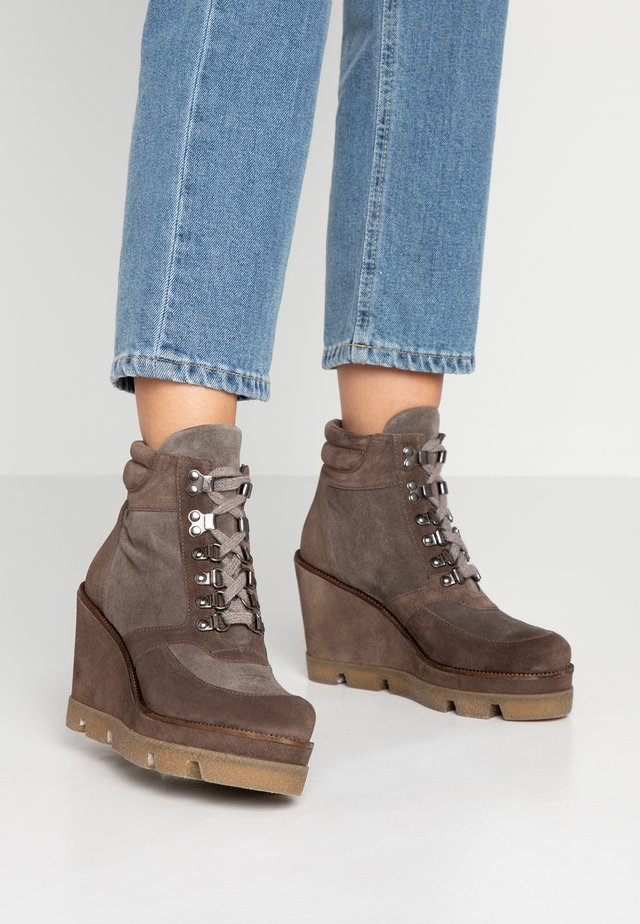 High heeled ankle boots - tortora/topo